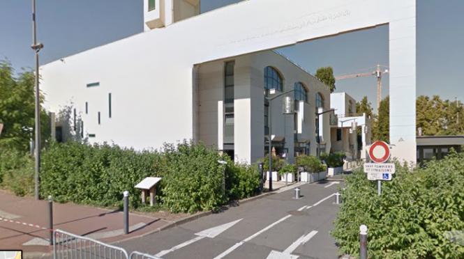 Un homme tente de foncer sur la foule devant une mosquée — Créteil