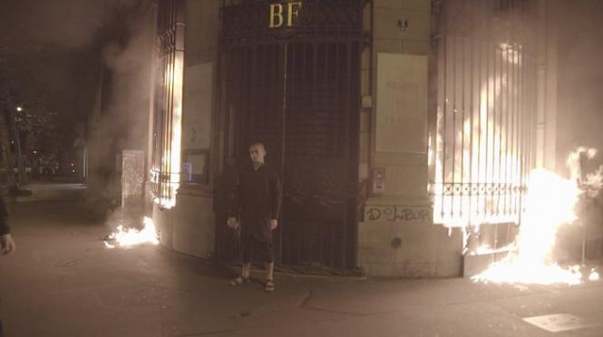 Une Banque à Paris incendiée par un artiste russe — France