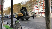 Fillette, ChampsElysées, engin de chantier, trottoir